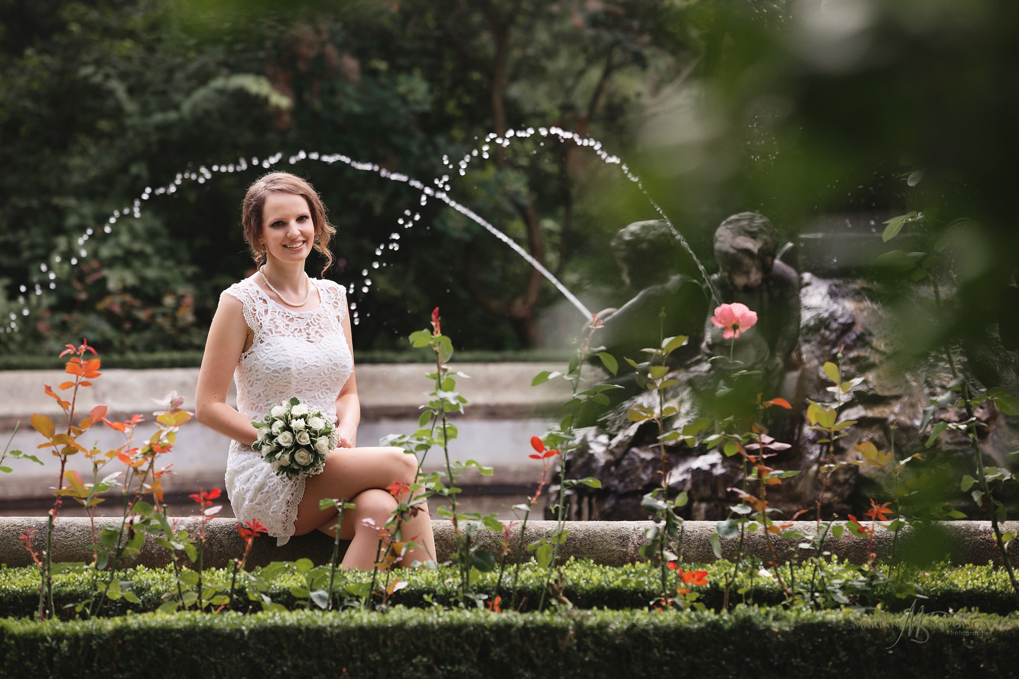 foceni-svateb-kromeriz-nevesta-u-kasny-v-podzamecke-zahrade.jpg