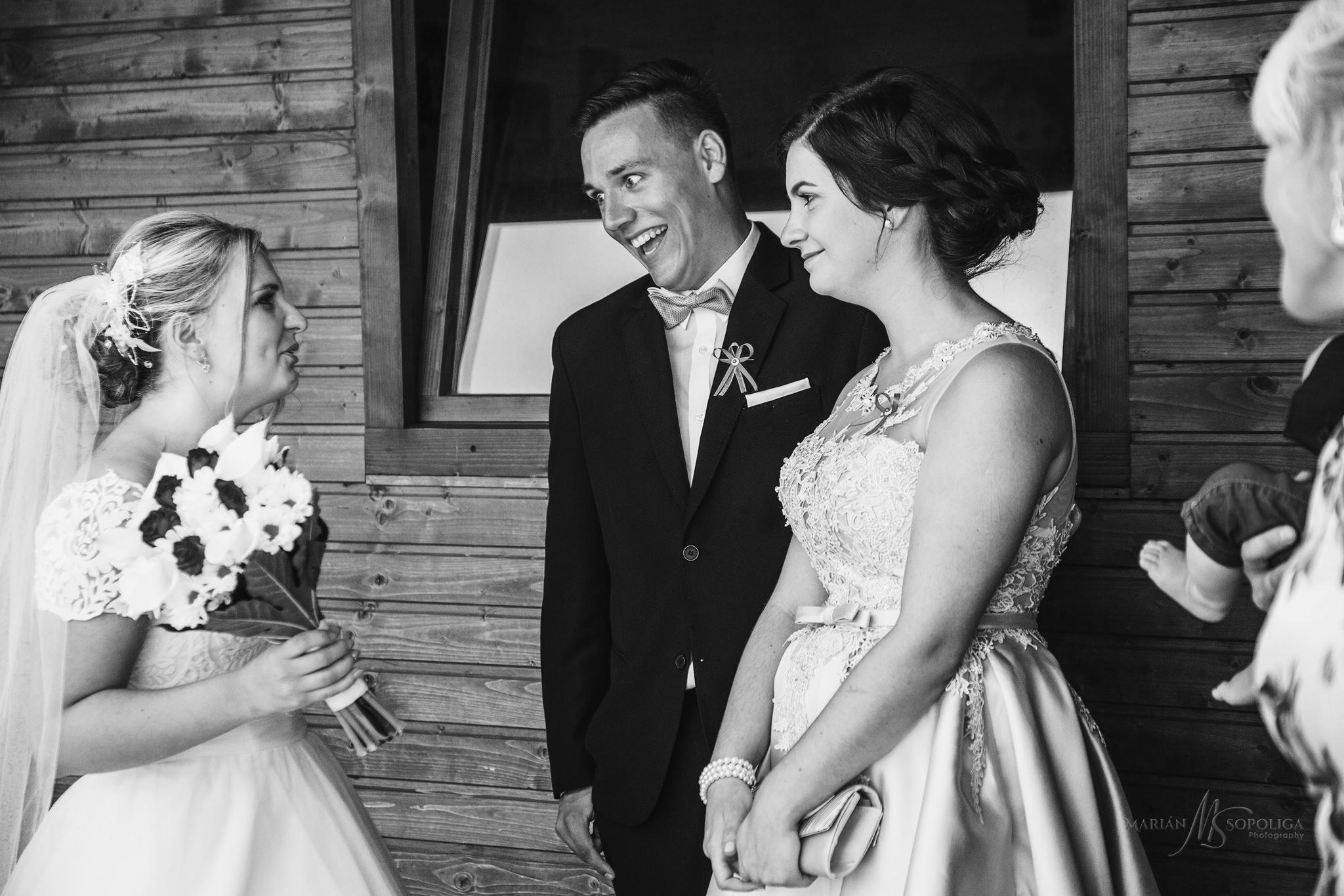 reportazni-svatebni-fotografie-pred-odjezdem-na-obrad.jpg