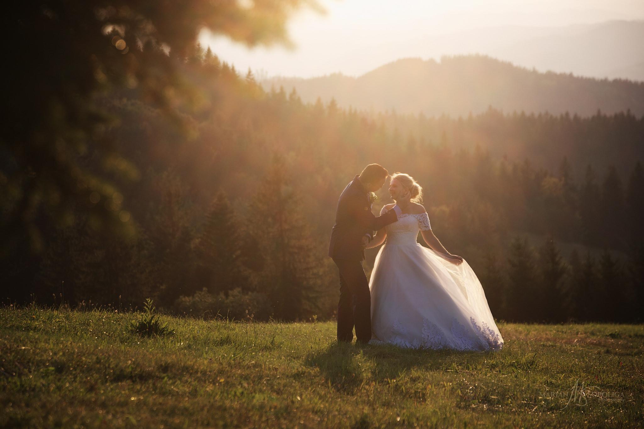 svatebni-fotograf-roznov-pod-radhostem-novomanzelsky-par-na-louc