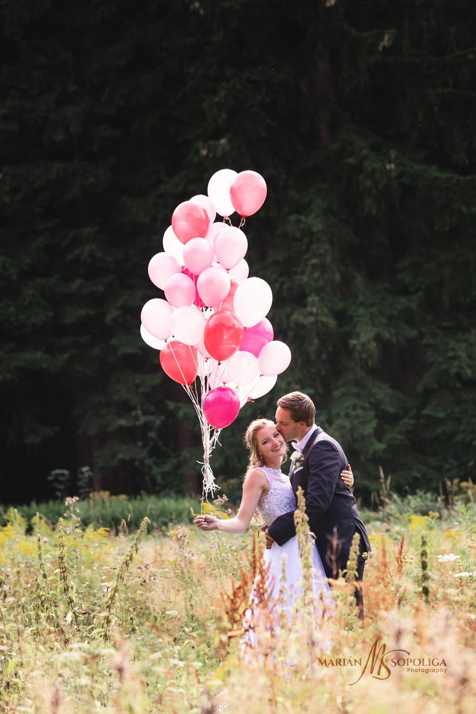 svatebni-fotografie-zenicha-a-nevesty-s-balonky-na-louce-v-jizer