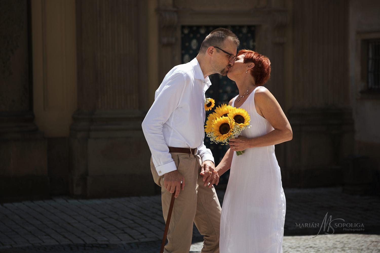 reportazni-svatebni-fotografie-zenicha-a-nevesty-v-historickem-c