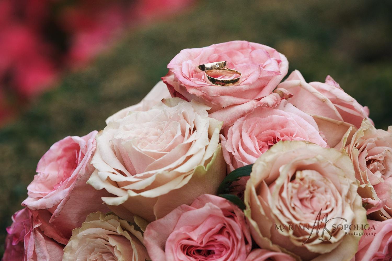 01detail-svatebni-kytice-s-prstynky-vrtbovska-zahrada-praha.jpg