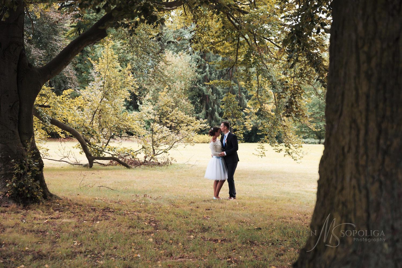 svatebni-foto-novomanzelu-v-parku-ze-svatby-v-sumperku.jpg