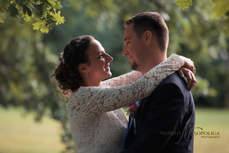 portretni-svatebni-fotografie-zenicha-a-nevesty-ze-svatby-v-sump