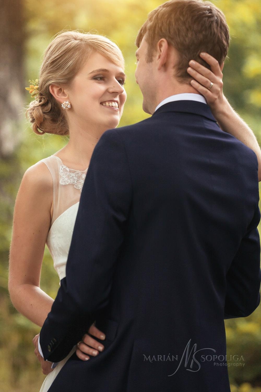svatebni-portretni-fotografie-zenicha-a-nevesty-ze-svatby-v-pard