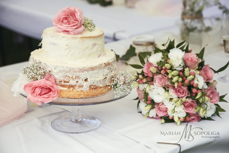 01detail-svatebniho-dortu-a-svatebni-kytice.jpg