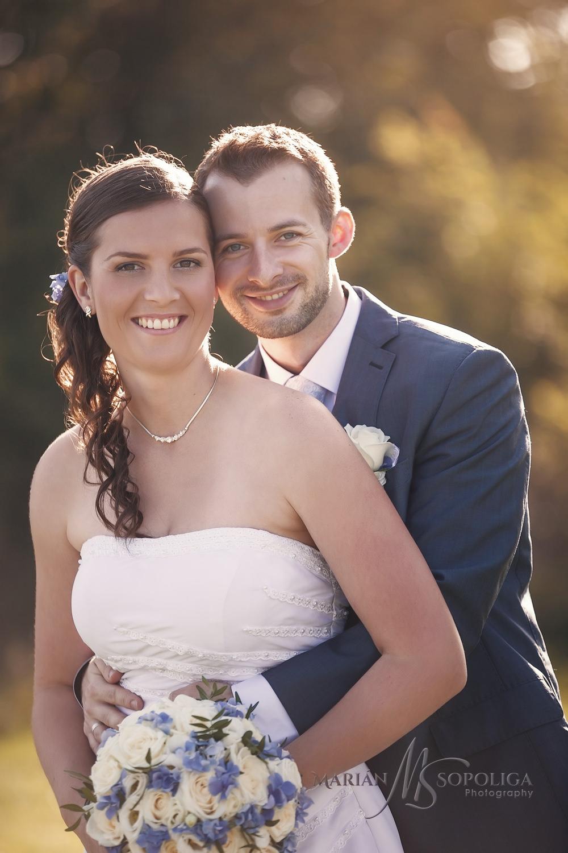 Svatební foto novomanželů u zvonice Soláň v Beskydech.