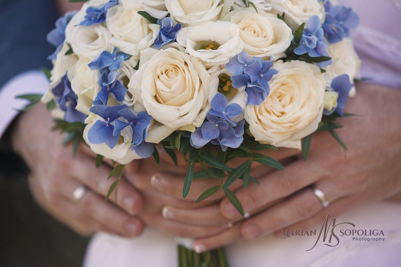 Detail svatební kytice s prstýnky na rukou novomanželů ze svatby u zvonice Soláň v Beskydech.