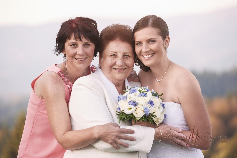 Generační svatební portrét nevěsty s maminkou a babičkou na Soláni v Beskydech.