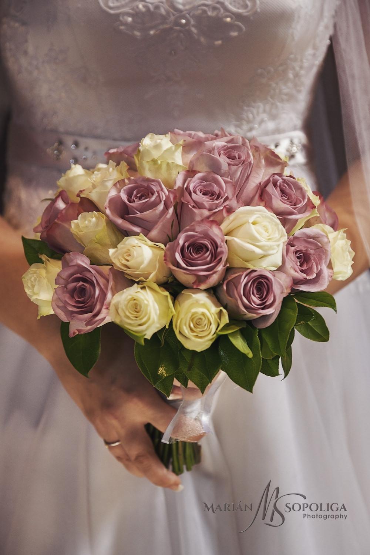 Detail svatební kytice z růží.