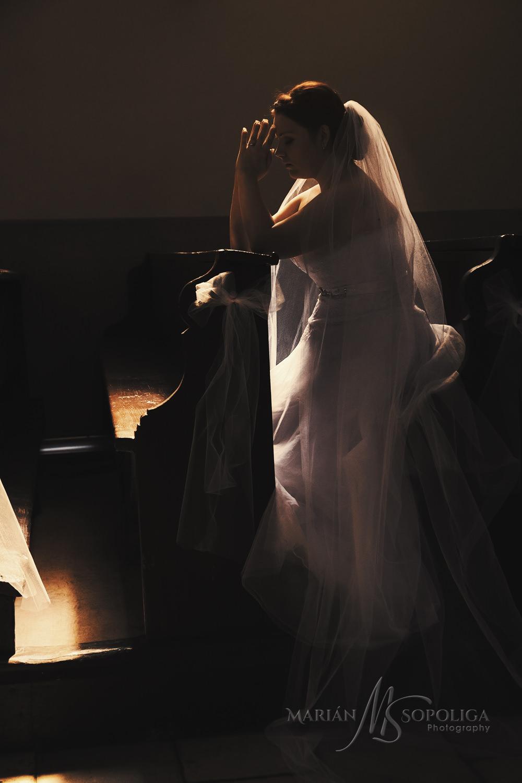 Rozjímání nevěsty před svatebním obřadem v Nových Losinách.