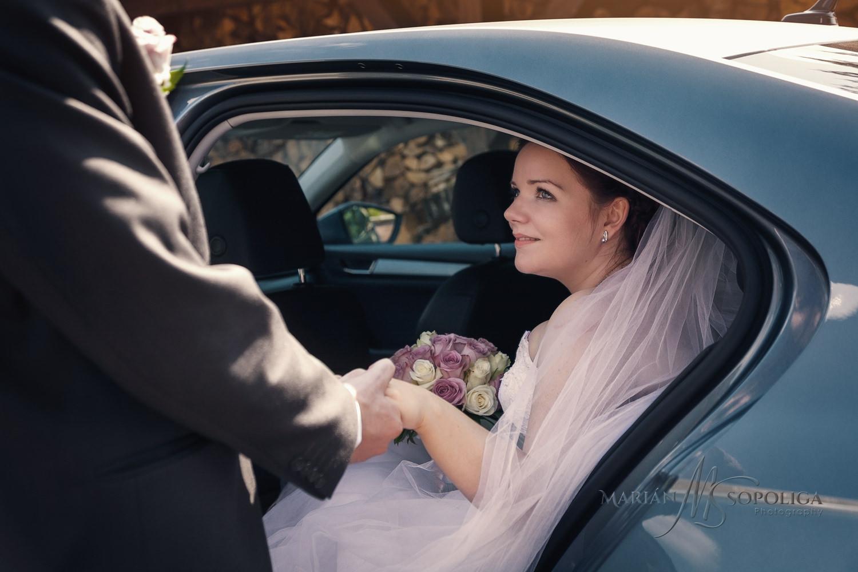 Svatba v Nových Losinách v Severomoravském kraji. Ženich pomáha s vystupováním nevěstě z auta.
