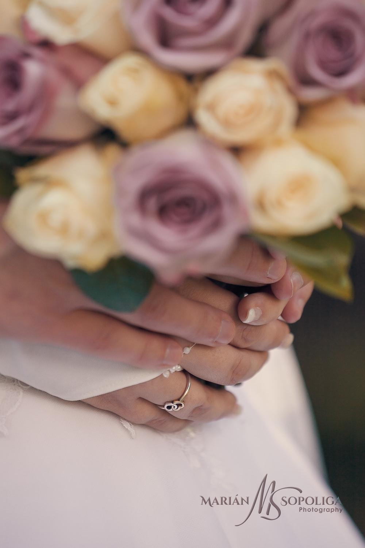 Detail svatební kytice a detailný pohled na ruce s prstýnky.