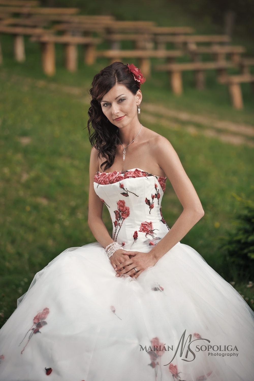 Portrét nevěsty v kroji na svatbě v Pohádkové vesničce v Podlesí.