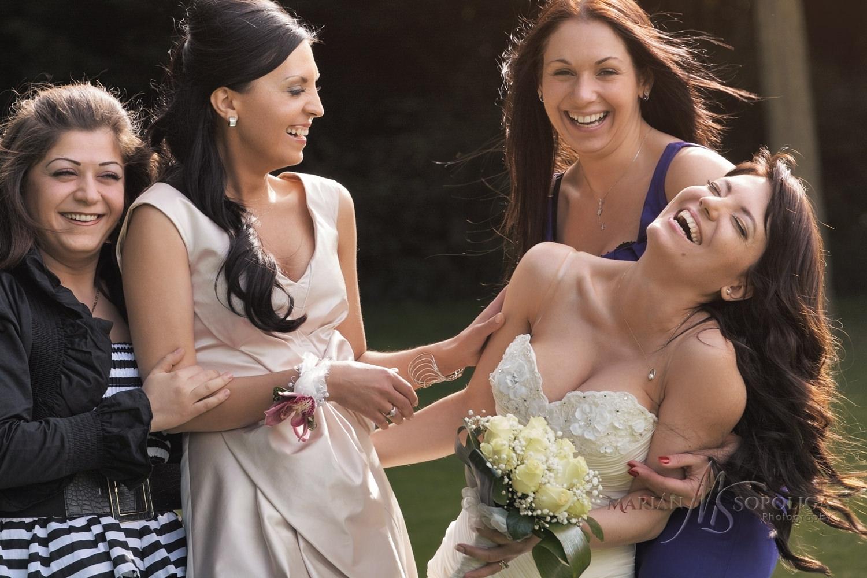 Veselý portrét nevěsty a družičkami na svatbě v Dublinu, Irsko.