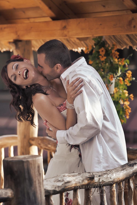 Spontánní moment mezi novomanžely. Zěnich líbá nevěstu na krk. Svatba se odehrála v Pohádkové vesničce na Vysočině.