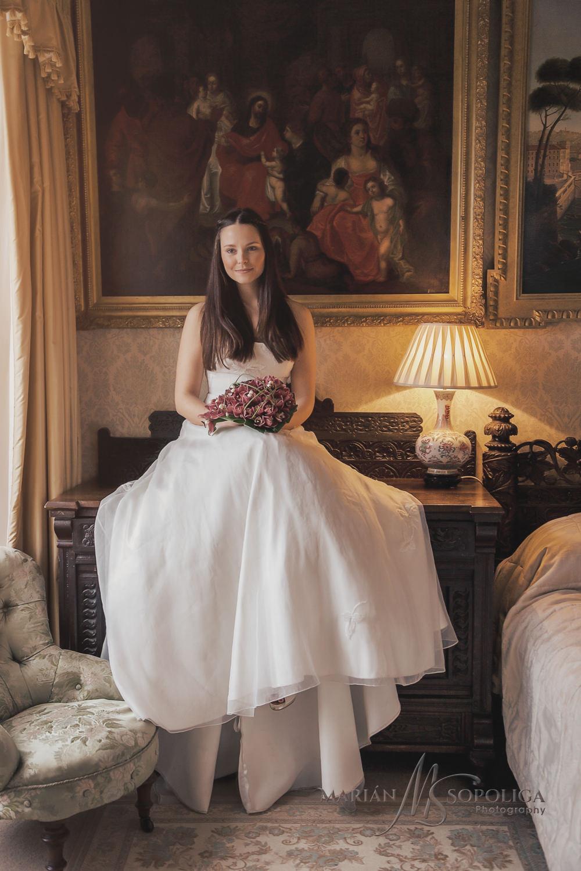 Svatební portrétní fotografie nevěsty ze svatby v zahraničí. Babington House Somerset.