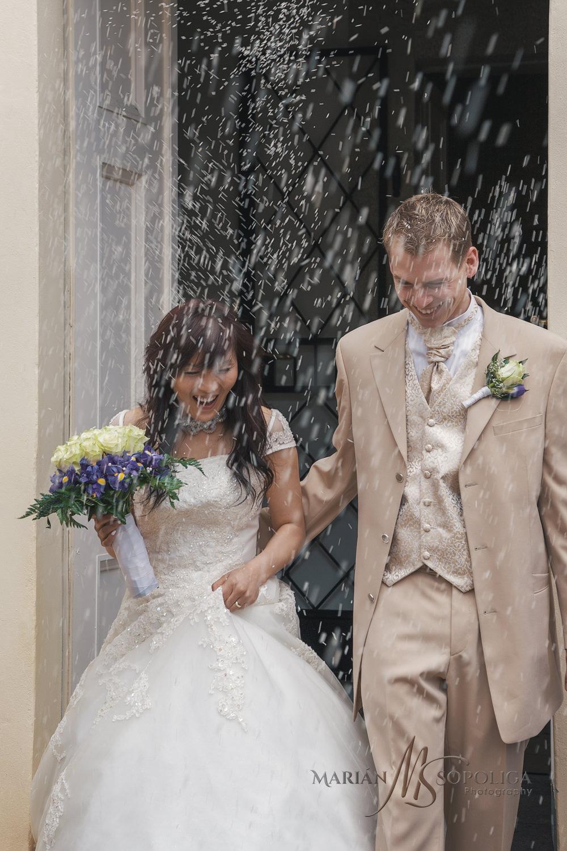 Házení rýže na svatebním obřadu na zámku Kynžvart v Karlovarském kraji.