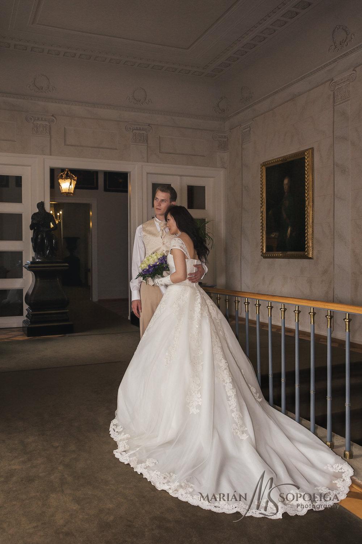 Svatební společný portrét ženicha a nevěsty na Zámku Kynžvart v Karlovarském kraji.