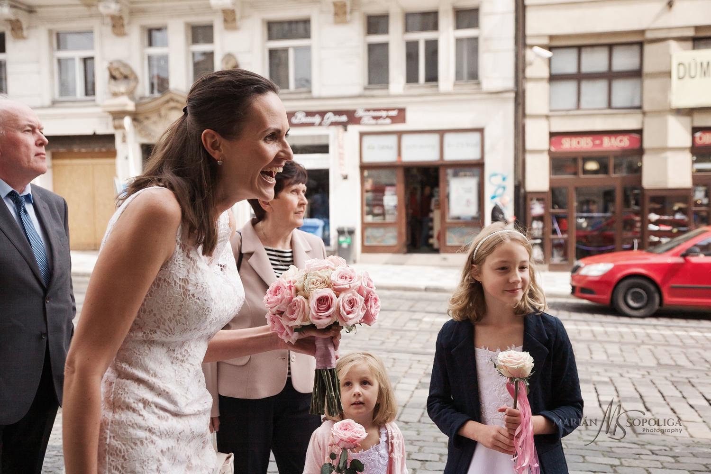 reportazni-foto-ze-svatby-v-praze-pred-vrtbovskou-zahradou.jpg