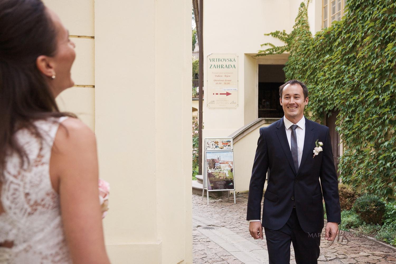 reportazni-foto-ze-svatby-v-praze-pred-vrtbovskou-zahradou-first