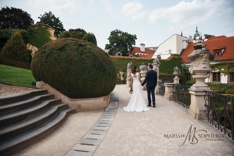 svatebni-fotografie-paru-z-vrtbovske-zahrady-v-praze.jpg