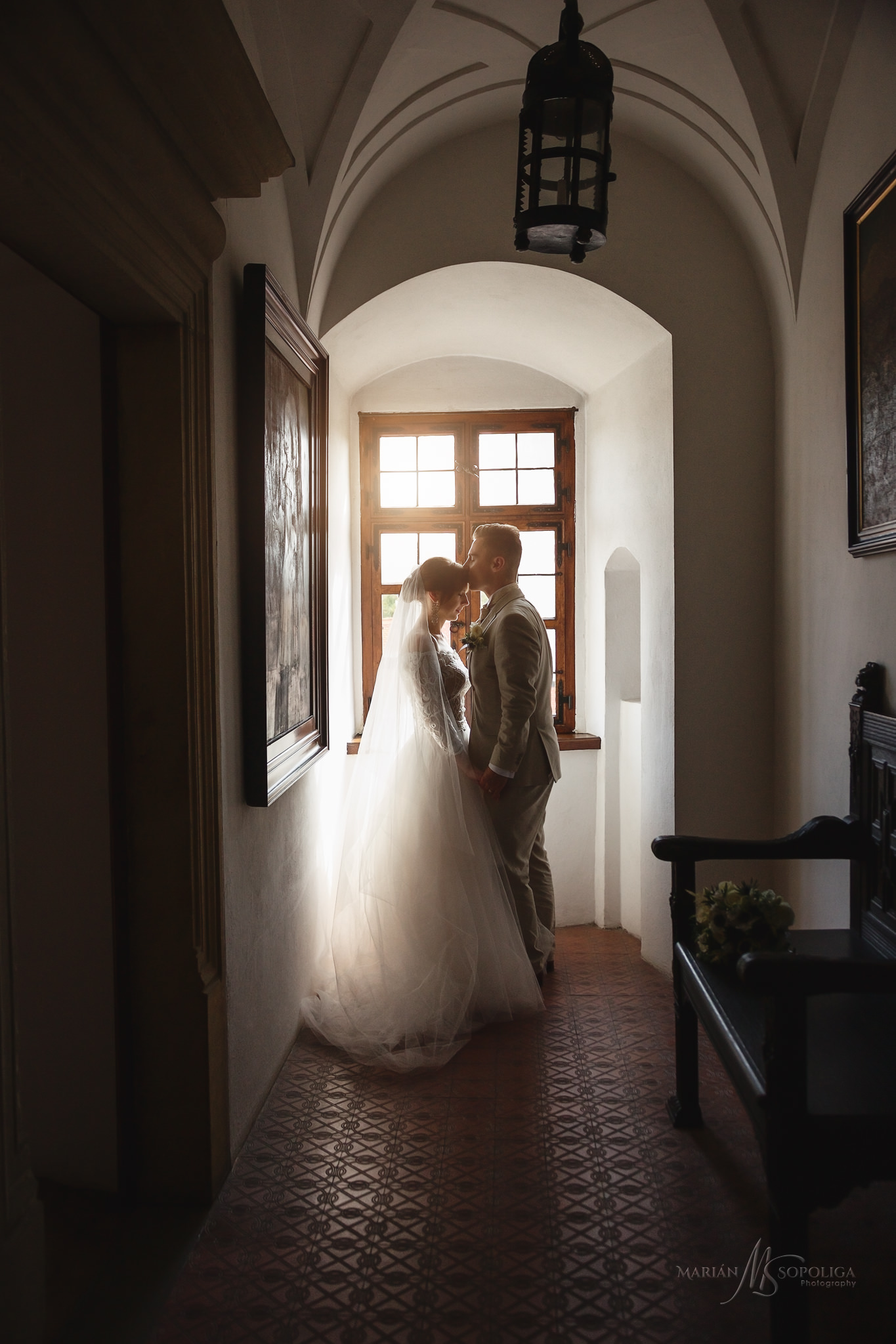 36portretni-svatebni-fotky-novomazelu-v-interieru-statniho-hradu