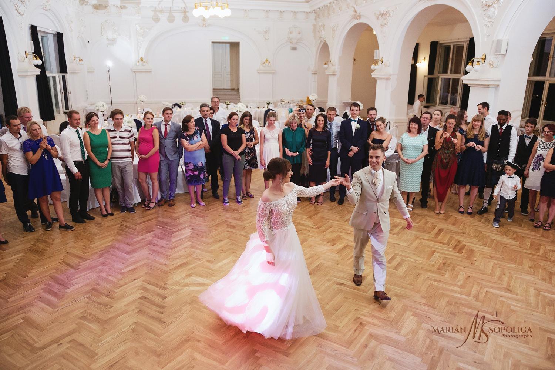 69reportazni-fotografie-z-mezinarodni-svatby-v-dome-u-parku-v-ol
