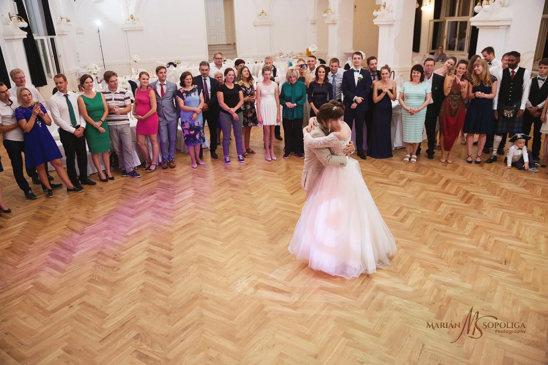 70reportazni-fotografie-z-mezinarodni-svatby-v-dome-u-parku-v-ol