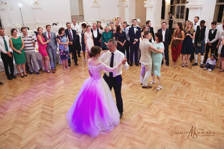 71reportazni-fotografie-z-mezinarodni-svatby-v-dome-u-parku-v-ol