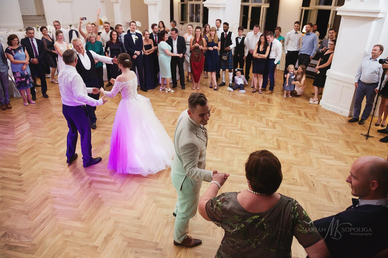 72reportazni-fotografie-z-mezinarodni-svatby-v-dome-u-parku-v-ol