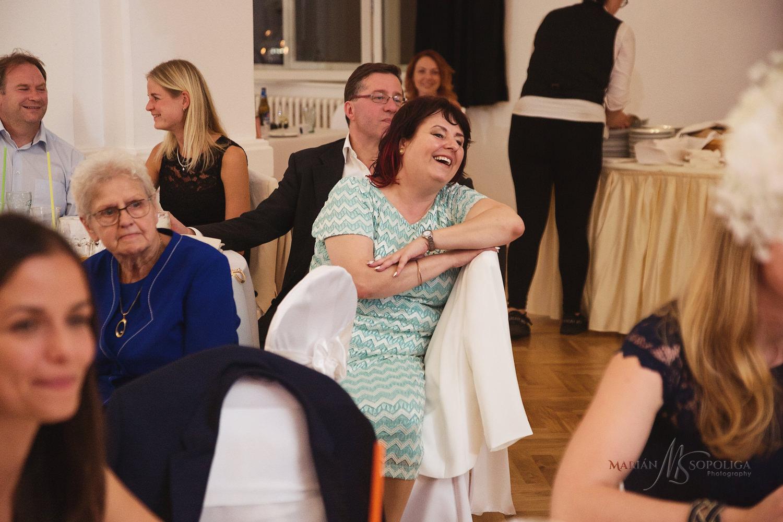 75reportazni-fotografie-z-mezinarodni-svatby-v-dome-u-parku-v-ol