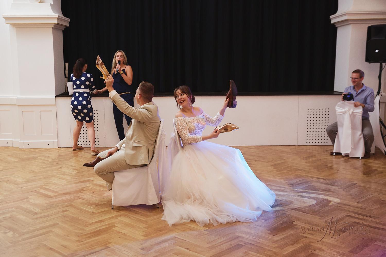 74reportazni-fotografie-z-mezinarodni-svatby-v-dome-u-parku-v-ol