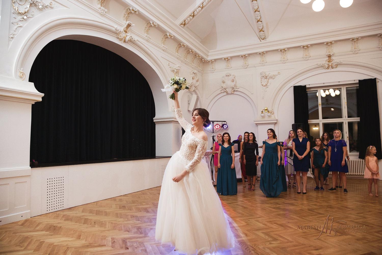 77reportazni-fotografie-z-mezinarodni-svatby-v-dome-u-parku-v-ol