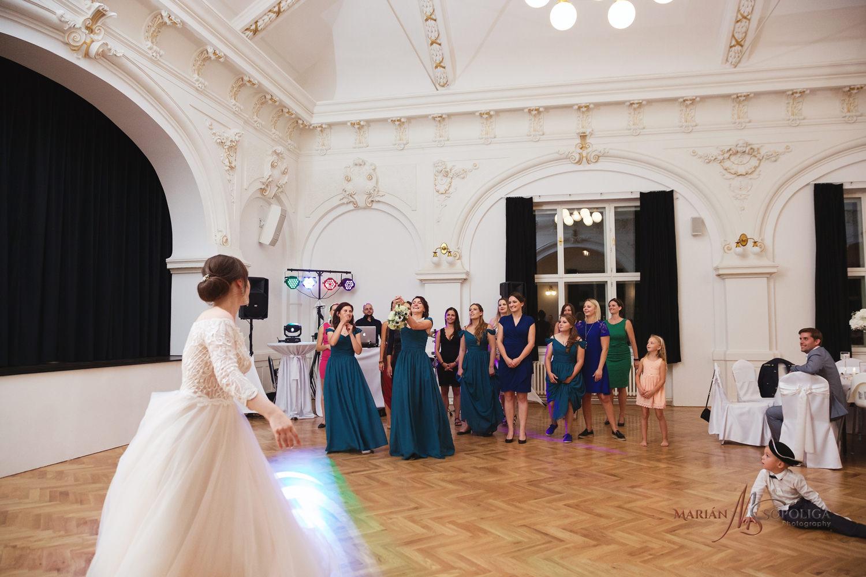 78reportazni-fotografie-z-mezinarodni-svatby-v-dome-u-parku-v-ol