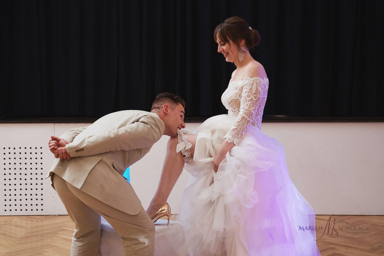 80reportazni-fotografie-z-mezinarodni-svatby-v-dome-u-parku-v-ol