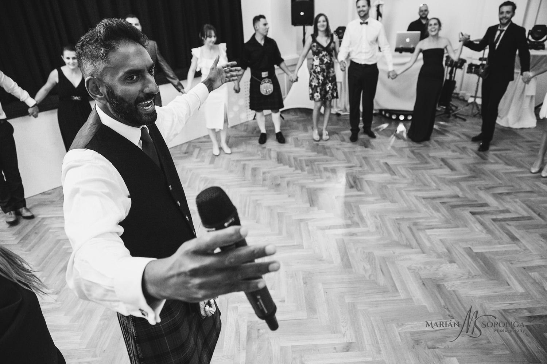 84reportazni-fotografie-z-mezinarodni-svatby-v-dome-u-parku-v-ol