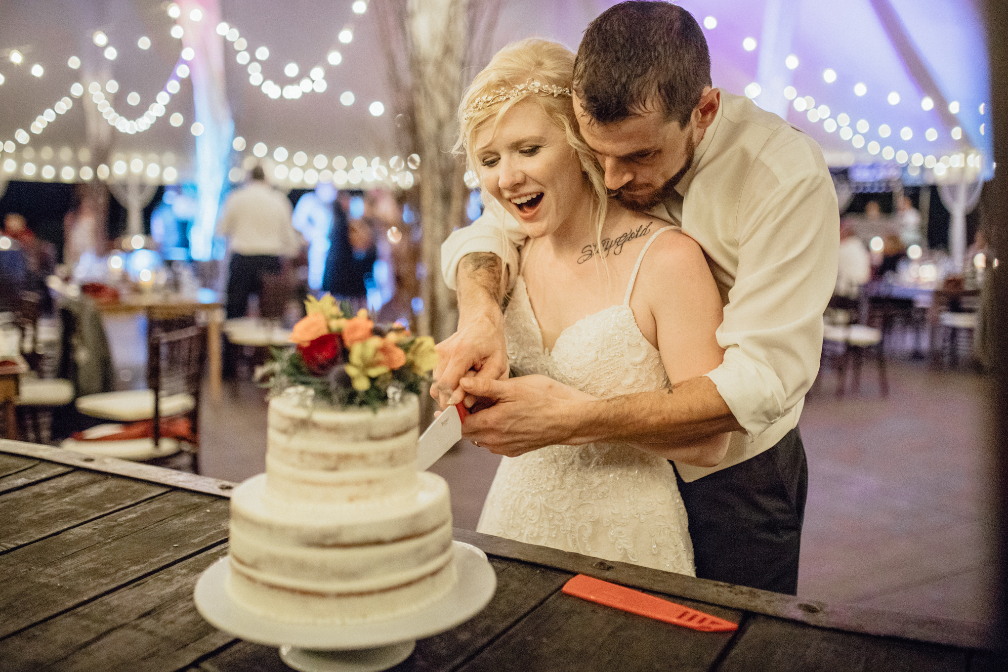 bride and groom cutting cake at oak hill weddings reception