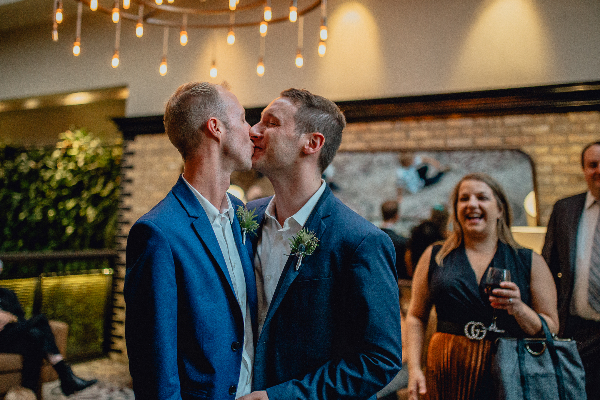 thompson-chicago-hotel-wedding-party-froom-kiss.jpg