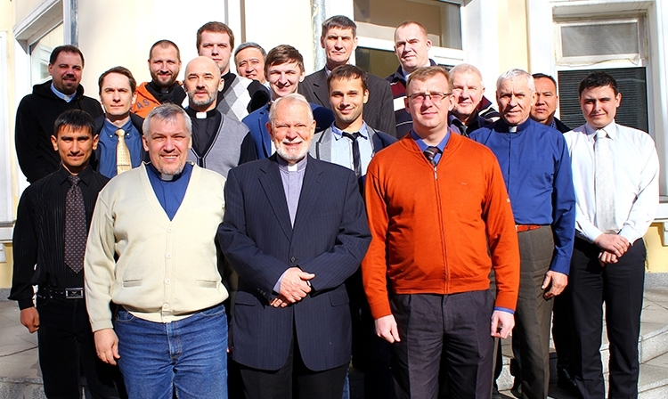 Doctor James Jordan with seminary staff (oleg Volkov and Evgeni Kruzhkov) (1st row) and seeminary students. March 2015.