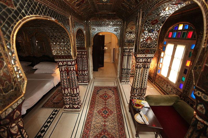 800px-A_view_of_Sheesh_Mahal_Suite,_Samode_Haveli,_Jaipur.jpg