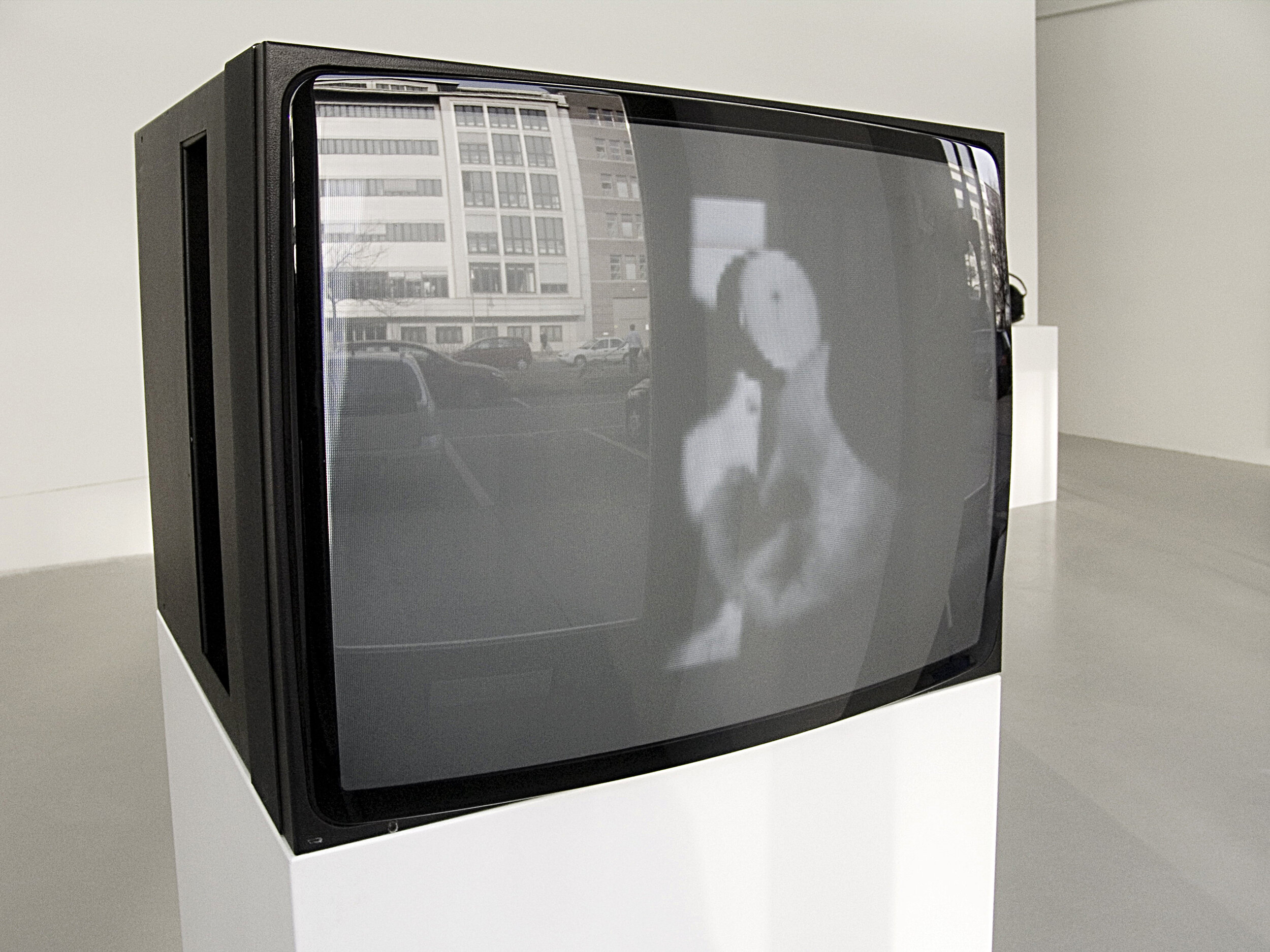 8 Minuten , video, installation view at Charim Ungar Contemporary, Berlin, 2010