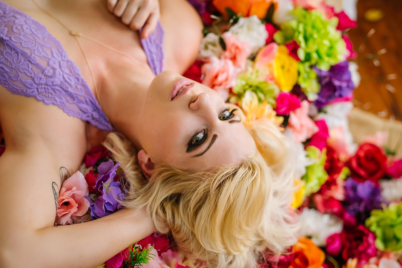 creative-hipster-boudoir-photos-tampa-studio-flowers-bathtub_0014.jpg