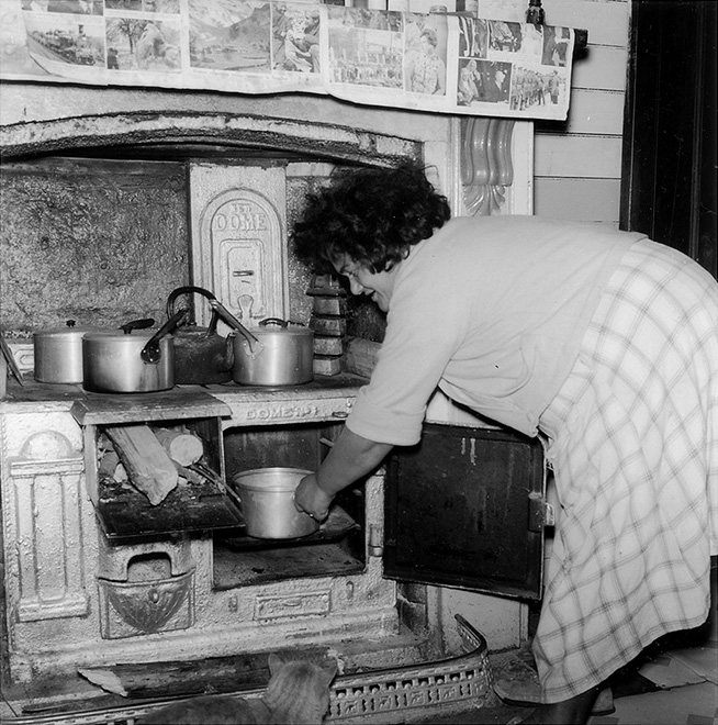 Ans Westra  Ruatoria, 1963, from 'Washday at the Pa'  Silver gelatin print 260 x 260 mm   _______