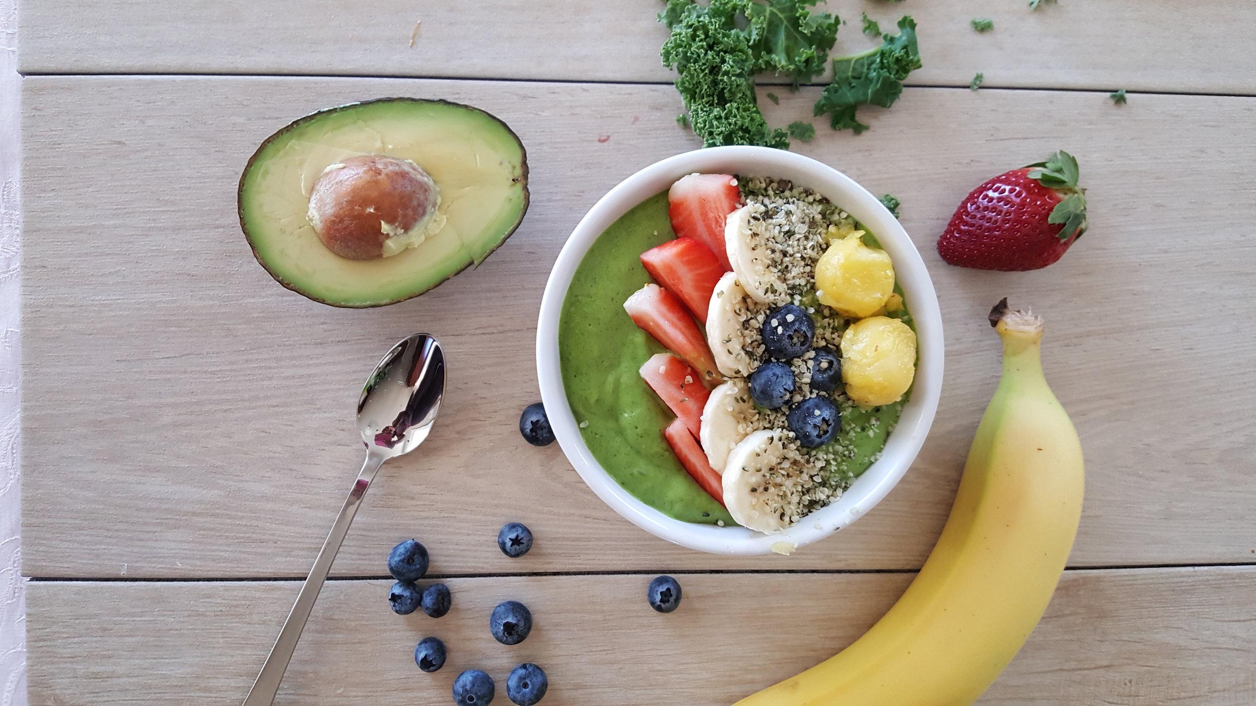 Green kale banana smoothie bowl.jpg