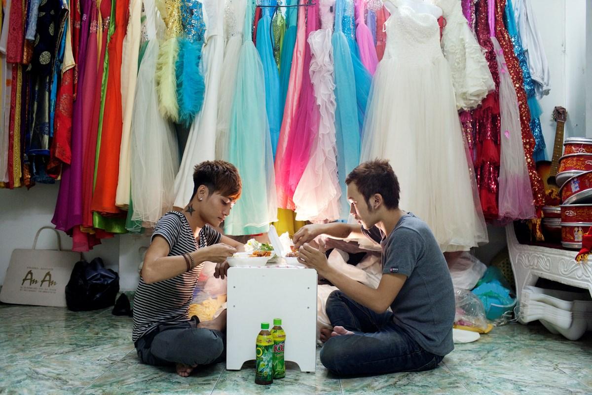 2012年4月28日ホーチミン、ともに働くウェディングスタジオで昼食をとるThienとVuong。2人ともメイクアップアーティスト、付き合って1年になる。