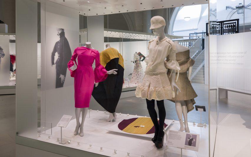 balenciaga-shaping-fashion-v-a-design-clothing-uk-london_dezeen_2364_col_47-852x534.jpg