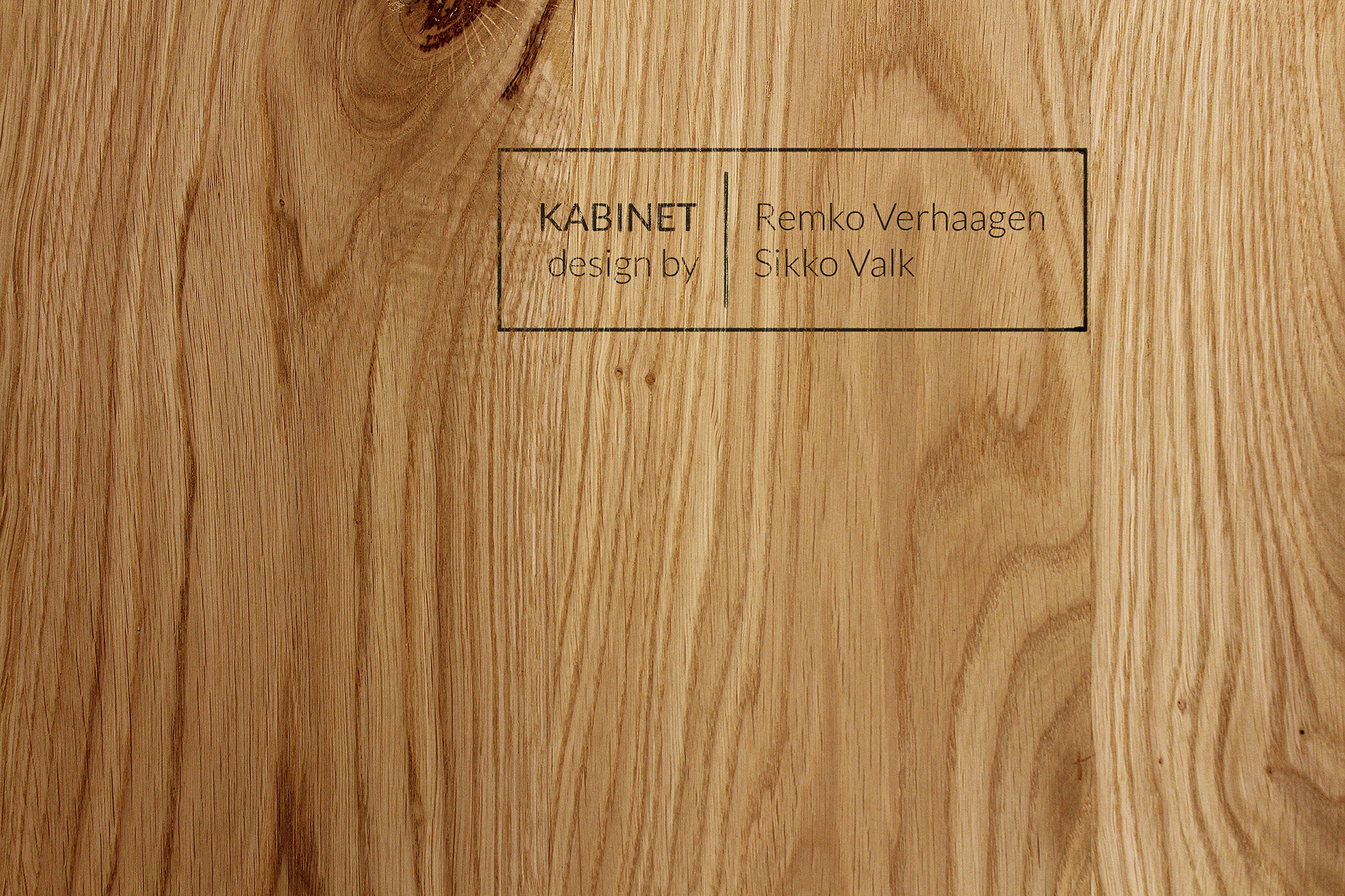 Natural Oak | A pure and distinguished finish for the timeless KABINET. The wood is stamped with a seal of genuineness.