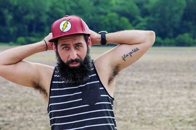 | F L A S H | (tes culs) . . .#flash #nerd #superhero #field #model #beard #beardsofinstagram #male #man #outdoors #color #edit #followyourheart #tattoo #subtle #tanktop #youtuber #travel