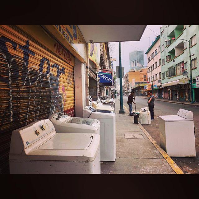 Ilumina Ahorrando • #streetphotography #streets #artwork #streetstyle #streetart #dope #vsco #vscocam #vscogram #streets #cdmx #graffiti #filmmaker #graffitiart #walking #director #filmmaking #mexicocity #df #calles #ciudad #centro #downtown